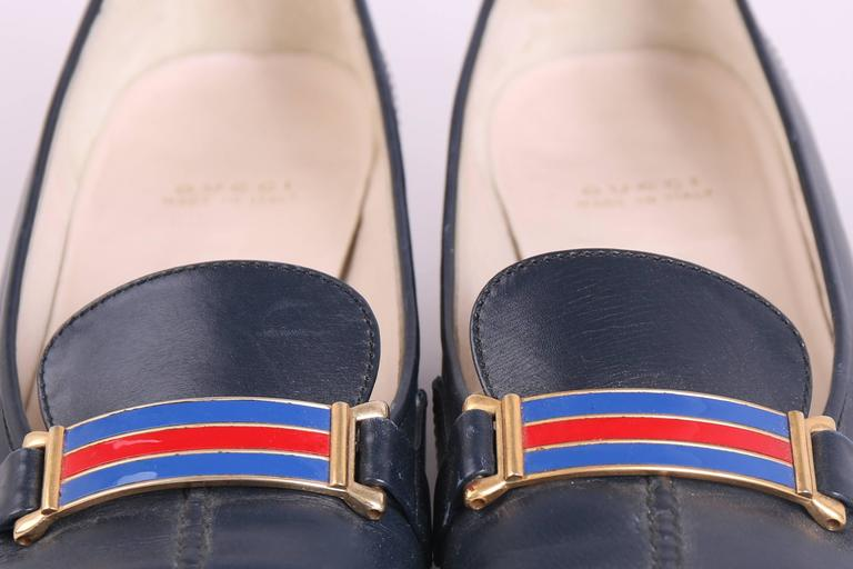 1970's Gucci Navy Leather Loafers Heels w/GoldTone &Racer Stripe Enamel Hardware In Good Condition For Sale In Los Angeles, CA