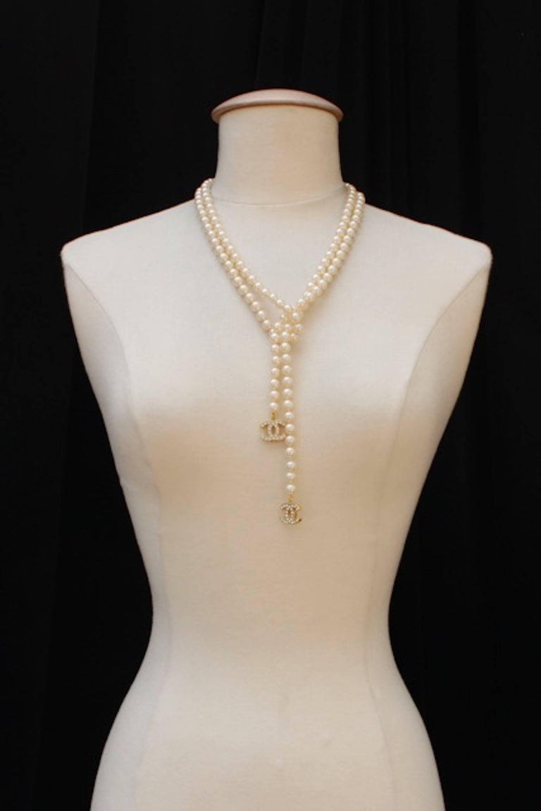 2007V Chanel pearl lariat with a crystal encrusted CC logo at each end. In excellent condition. MEASUREMENTS: Length - 54