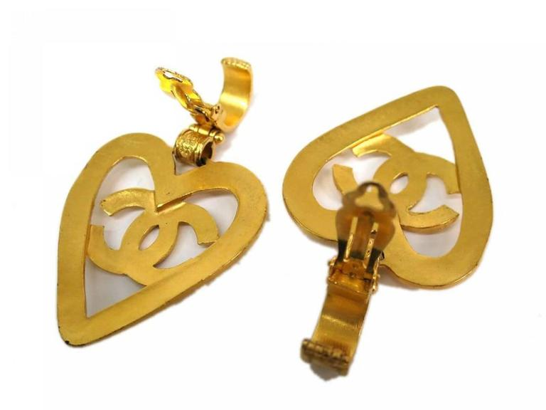 Chanel Gold Heart Dangle Earrings In Good Condition For Sale In Chicago, IL