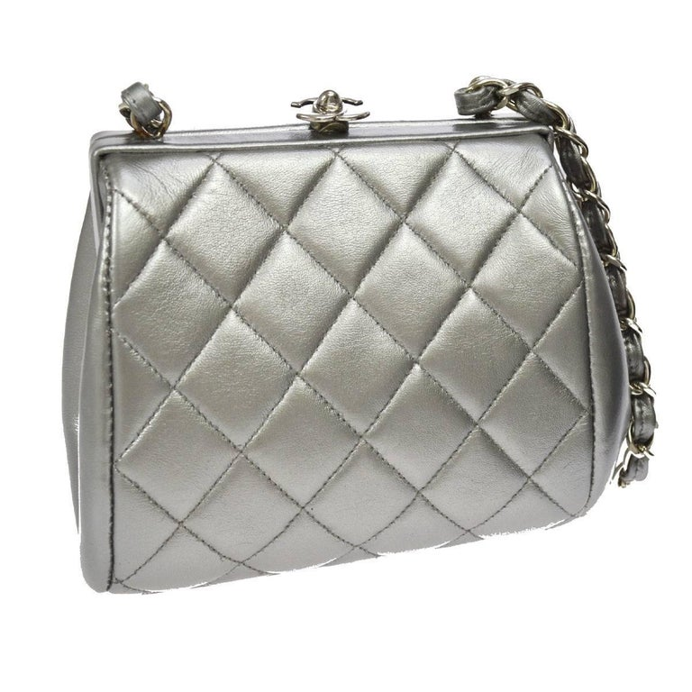 Chanel Silver Leather Party Kisslock Evening Flap Shoulder Bag In Excellent Condition For Sale In Chicago, IL