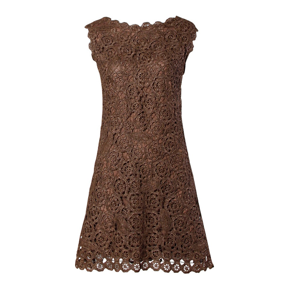 1960s Brown Scalloped Hand Crochet Raffia Lace Shift Dress For Sale