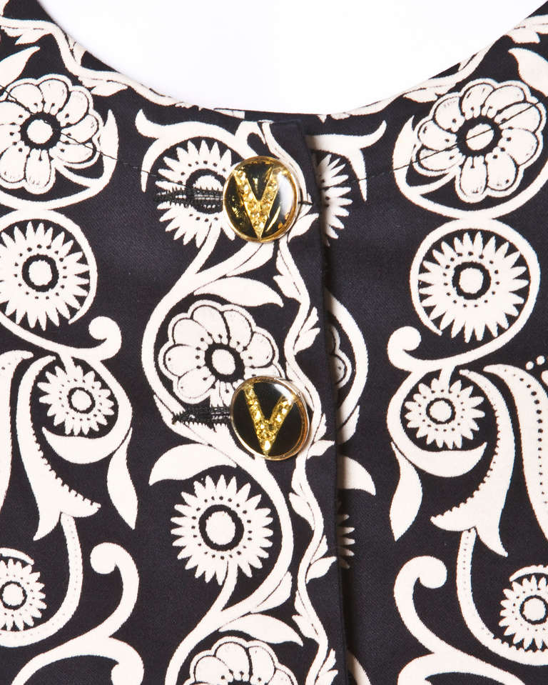 Gianni Versace Vintage 1990s 90s Black + Beige Scarf Print Short-Sleeve Jacket In Good Condition For Sale In Sparks, NV