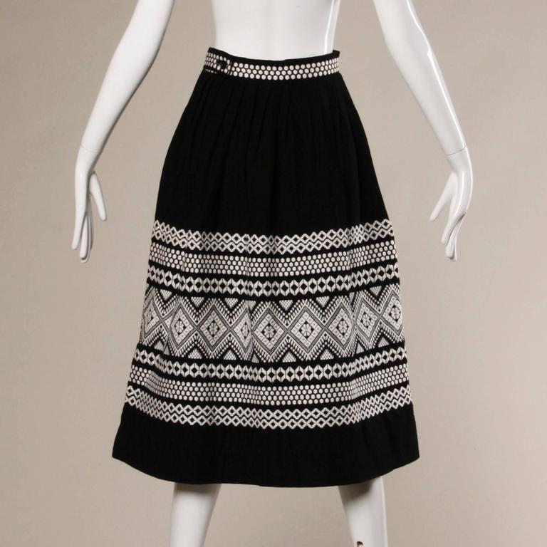 1950s Vintage Black + White Embroidered Wool Skirt with Box Pleats In Excellent Condition For Sale In Sparks, NV