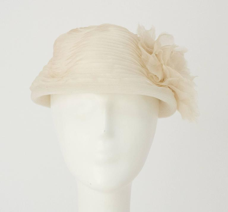 50s Schiaparelli White Organza & Horsehair Hat with Flower Adornment  In Excellent Condition For Sale In San Francisco, CA