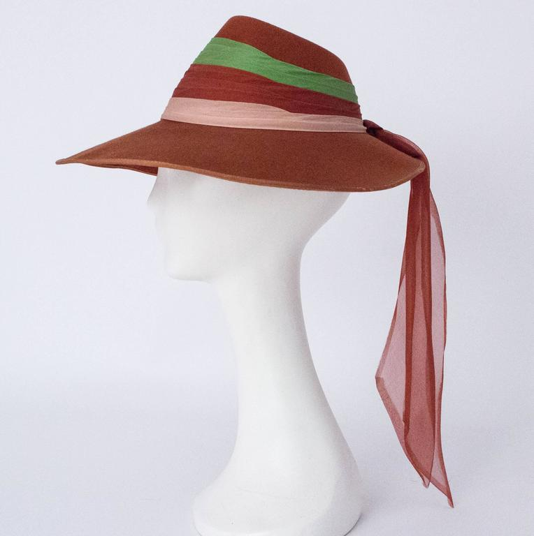40s Wool Felt Hat with Silk Chiffon Tricolored Band In Good Condition For Sale In San Francisco, CA