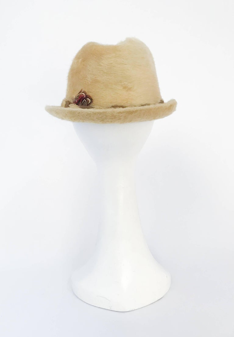 1960s Tan Beaver Felt hat with Two-Tone Band In Good Condition For Sale In San Francisco, CA