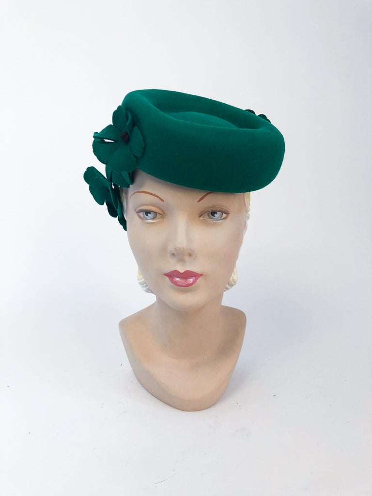Gray 1940s Kelly Green Felt Hat with Hand-Cut Flowers For Sale