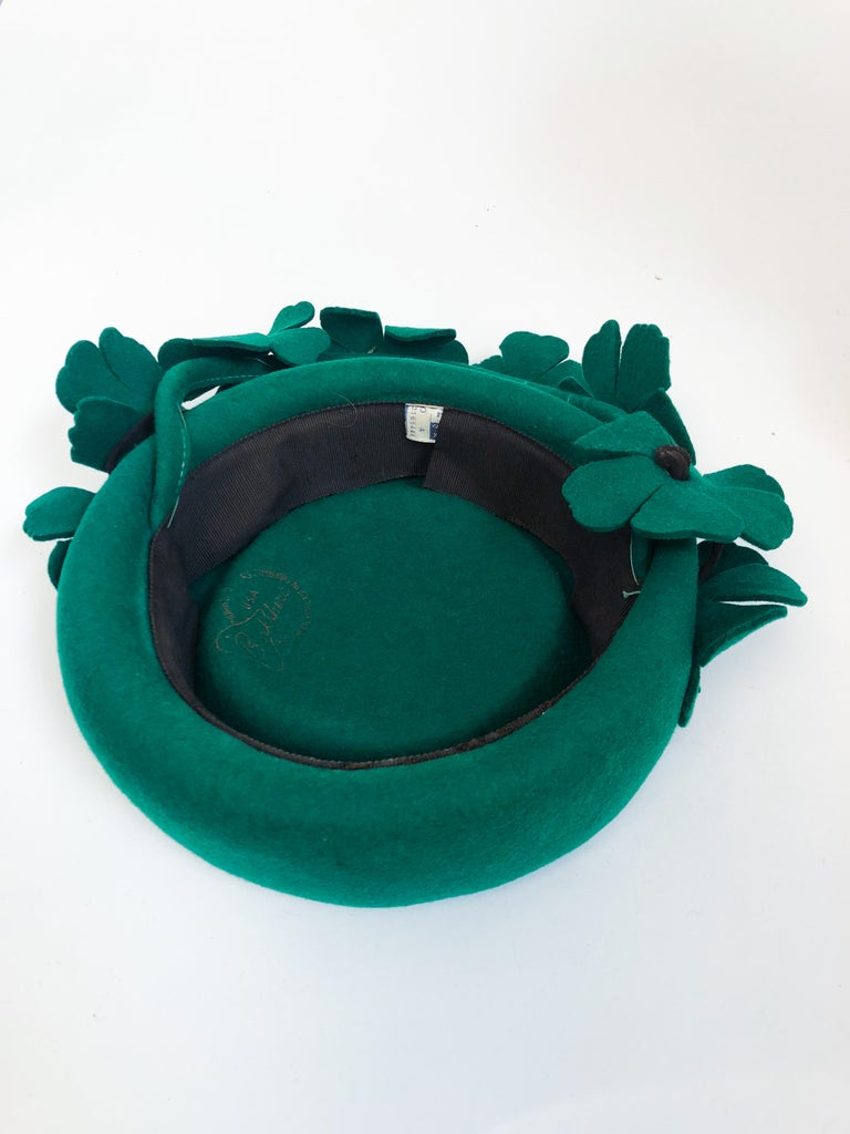 1940s Kelly Green Felt Hat with Hand-Cut Flowers For Sale 2