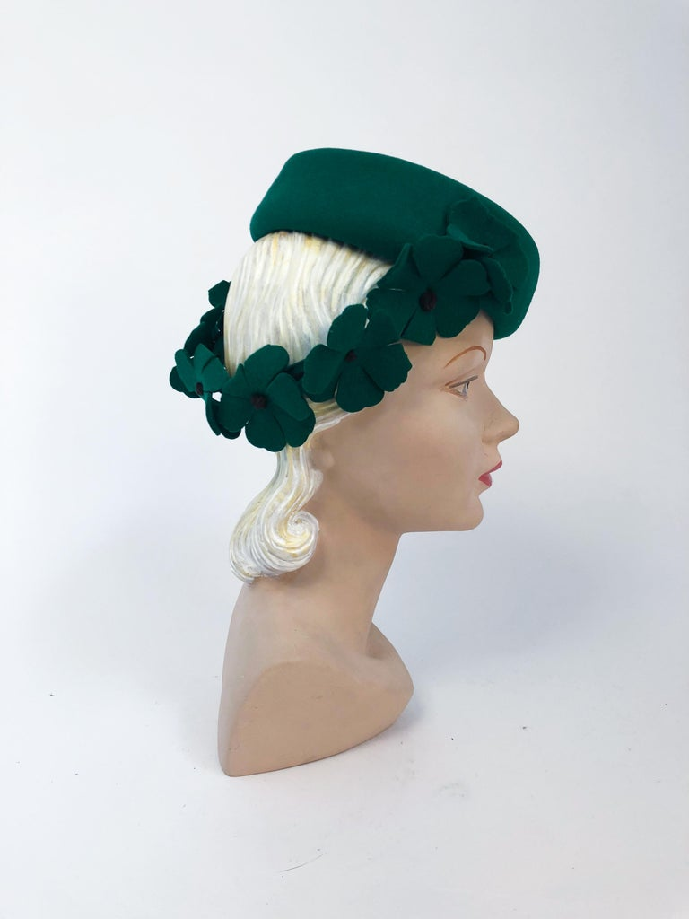 1940s Kelly Green Felt Hat with Hand-Cut Flowers In Good Condition For Sale In San Francisco, CA