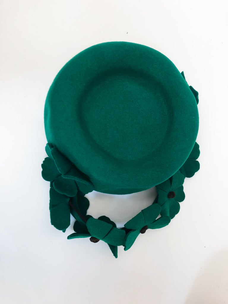 1940s Kelly Green Felt Hat with Hand-Cut Flowers For Sale 1
