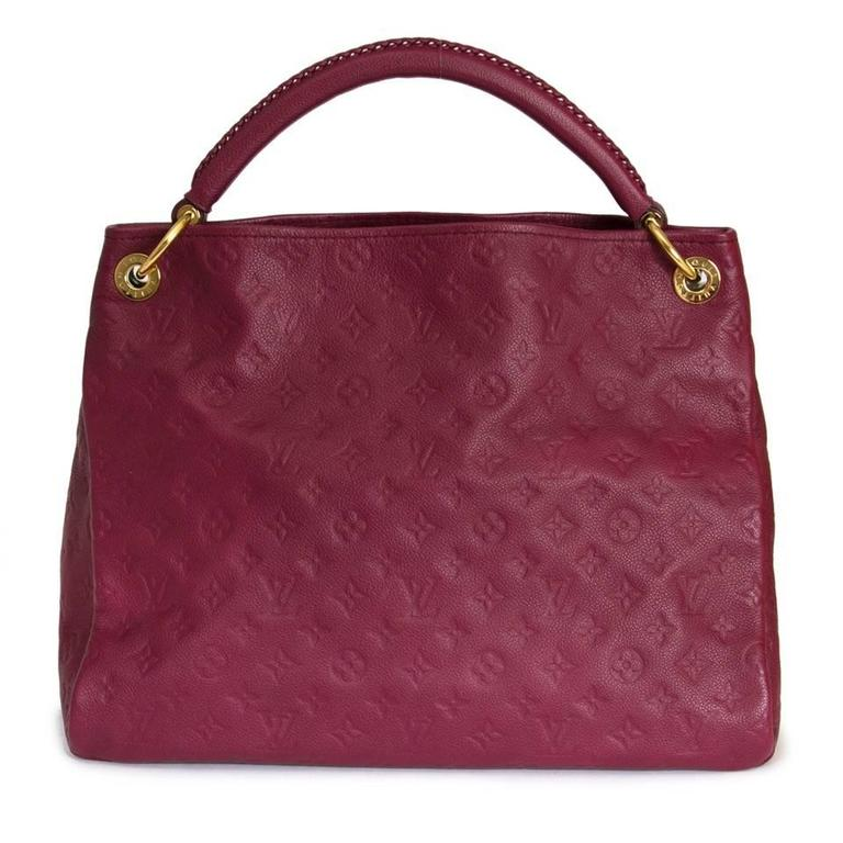 This Louis Vuitton Artsy MM comes in a beautiful burgundy and crafted of monogram canvas. Bag is detailed with golden hardware. Interior is finished with slip pockets and a zip pocket. Comes with dust bag and invoice.