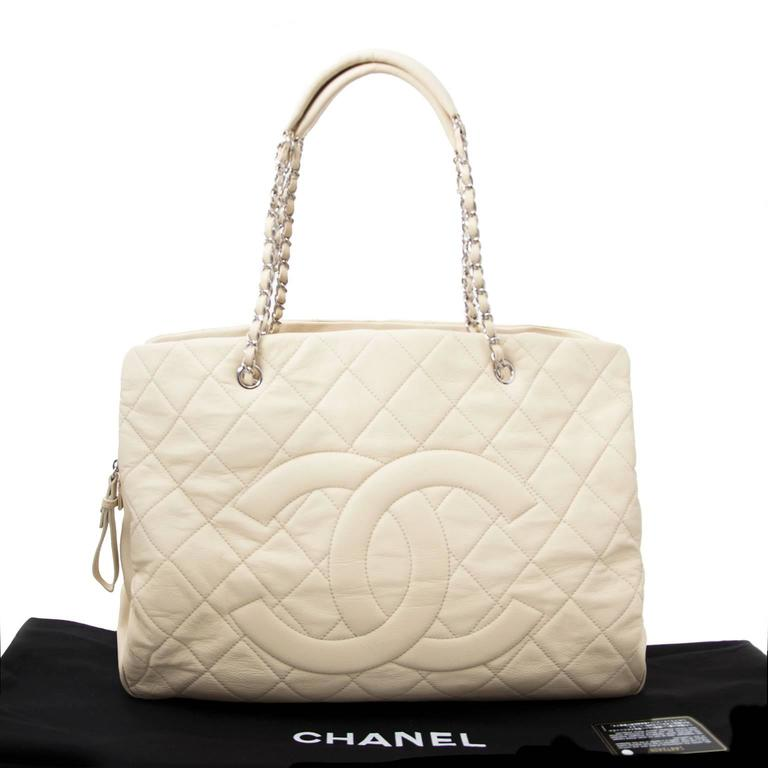 A Chanel tote is a must-have piece in every Chanel lovers closet. This white leather can be worn on the shoulders with the silver-tone chain straps. Perfect to for a classy office look as it has room for all work essentials. Inside, the bag contains
