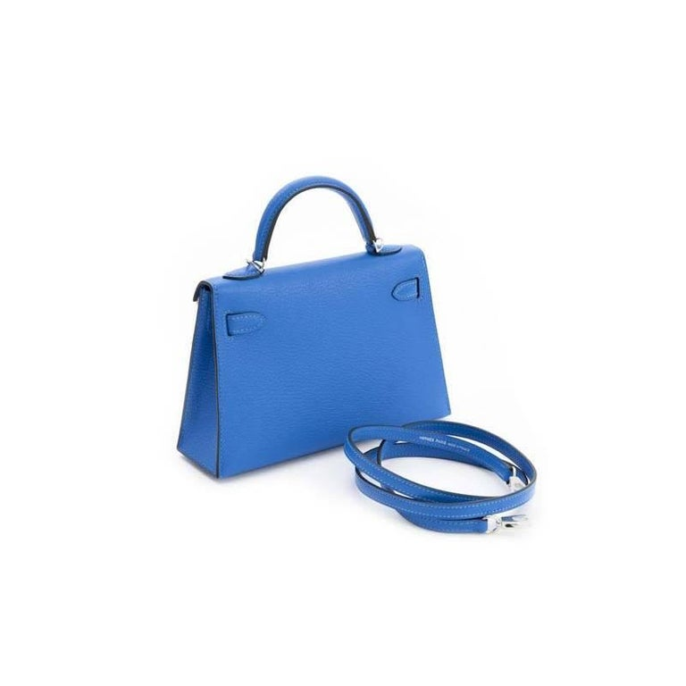 This Kelly II Sellier Mini Chèvre Mysore comes in a color named after the stunning hues of the Greek island of Hydra: Bleu Hydra. The bag features palladium hardware which contrasts very well with the blue color. The Kelly Mini comes with a shoulder