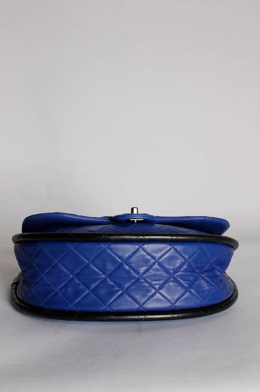 Chanel Hula Hoop Medium Bag Limited Edition - cobalt blue/black In Excellent Condition For Sale In Baarn, NL
