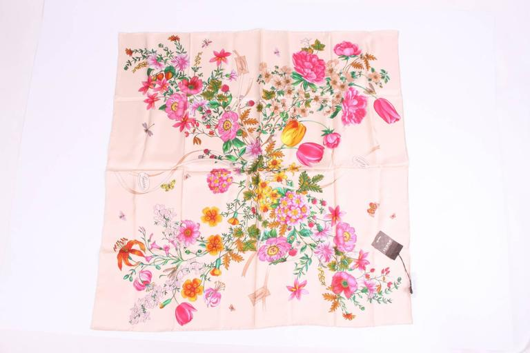 Beige Gucci scarf with flower print.  Material: 100% silk  Measurements: 86 x 86 cm.  Condition: 10/10, new! Tag still on it.  Made in Italy.