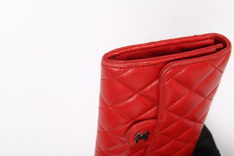 Women's or Men's Chanel Quilted Wallet - red leather For Sale
