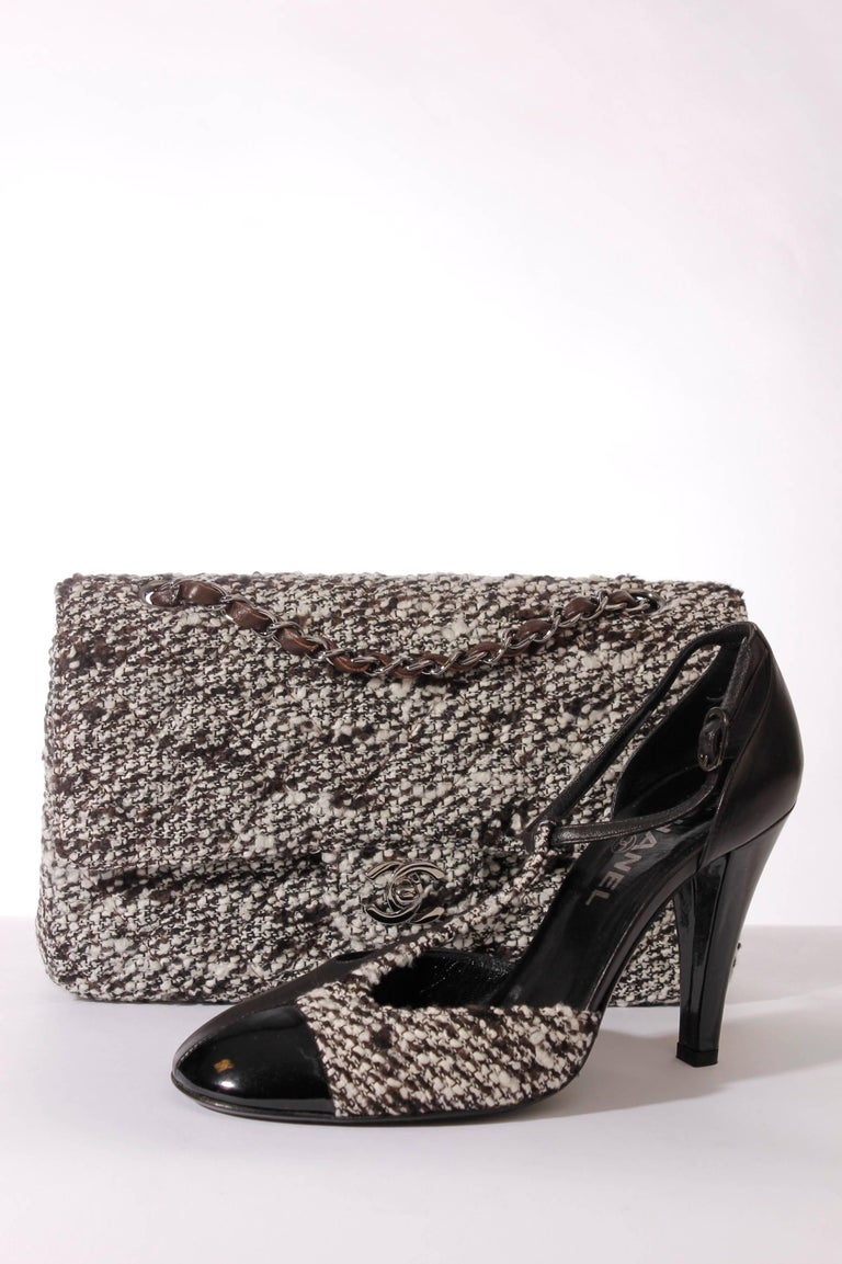 Women's Chanel Pumps - black/white leather/tweed For Sale