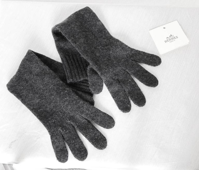 These soft cashmere gloves are perfect for the colder months! In excellent condition overall, we note some piling from prior wear.  Tagged size 00, these are one size fits most and measure 16.5