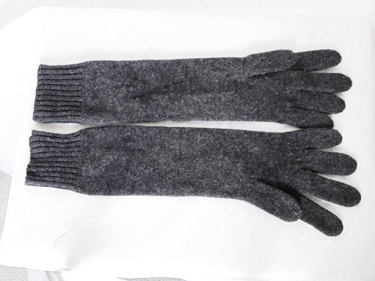 Hermes Ladies Cashmere Wool Gloves Gris Charcoal Gray Size 00 One Size  In Excellent Condition For Sale In Port Saint Lucie, FL