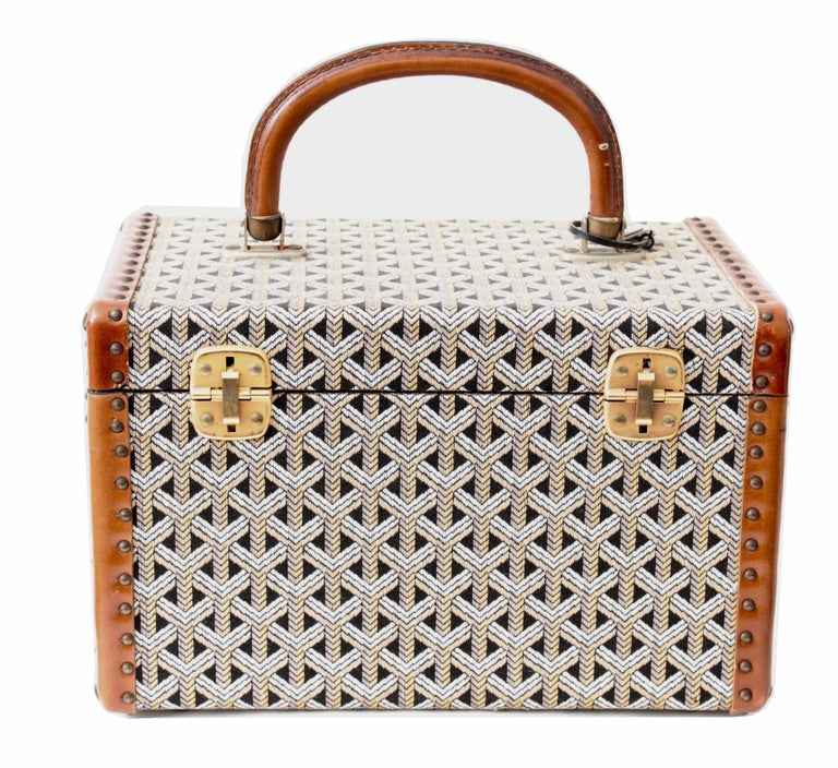Travel in style with this extremely rare vintage vanity case or mini trunk made by Goyard, most likely made in the 1960s.  Made from their signature Goyardine fabric, it's fully-lined in silk fabric and features an open elasticized pocket, a