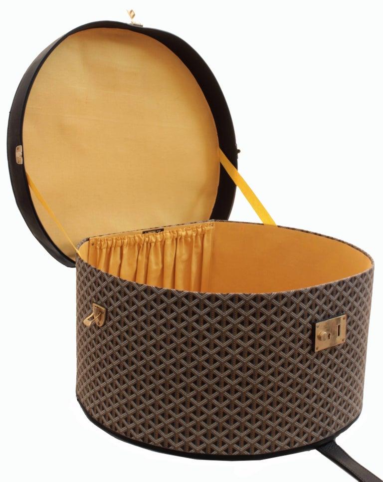 50s Goyard Round Hat Box Trunk XL Travel Bag Linen Goyardine Black Leather Trim For Sale 4