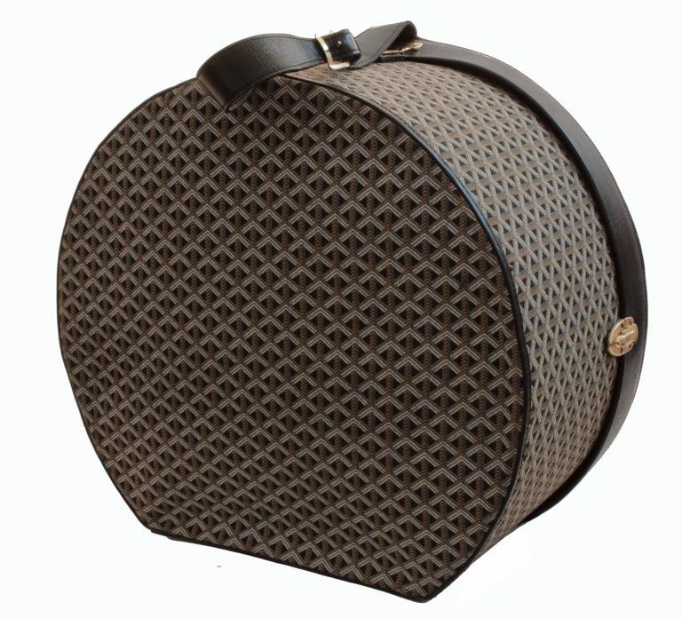 50s Goyard Round Hat Box Trunk XL Travel Bag Linen Goyardine Black Leather Trim For Sale 3