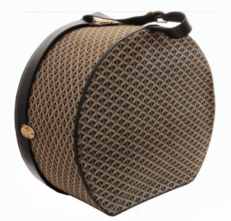 50s Goyard Round Hat Box Trunk XL Travel Bag Linen Goyardine Black Leather Trim For Sale 2