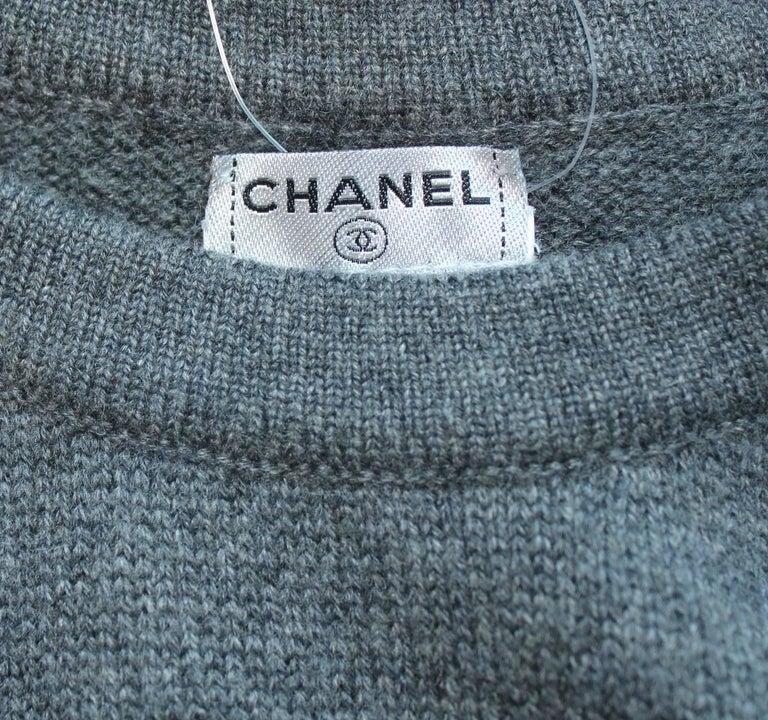 Women's Classy Chanel Charcoal Cashmere Knit Signature Dress Camellia Coco Chanel Paris For Sale