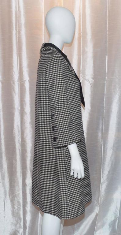 Vintage Geoffrey Beene 1960s Houndstooth Knit Large Collar and Bow Coat Dress Vintage dress features large collars, and a satin bow that has a hook-and-eye closure at back. Dress also has a back zipper fastening, two slip pockets at the low waist,