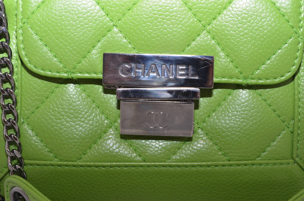 Chanel 2003-2004 Green Caviar Mini Quilted Chain Shoulder Bag For Sale 3