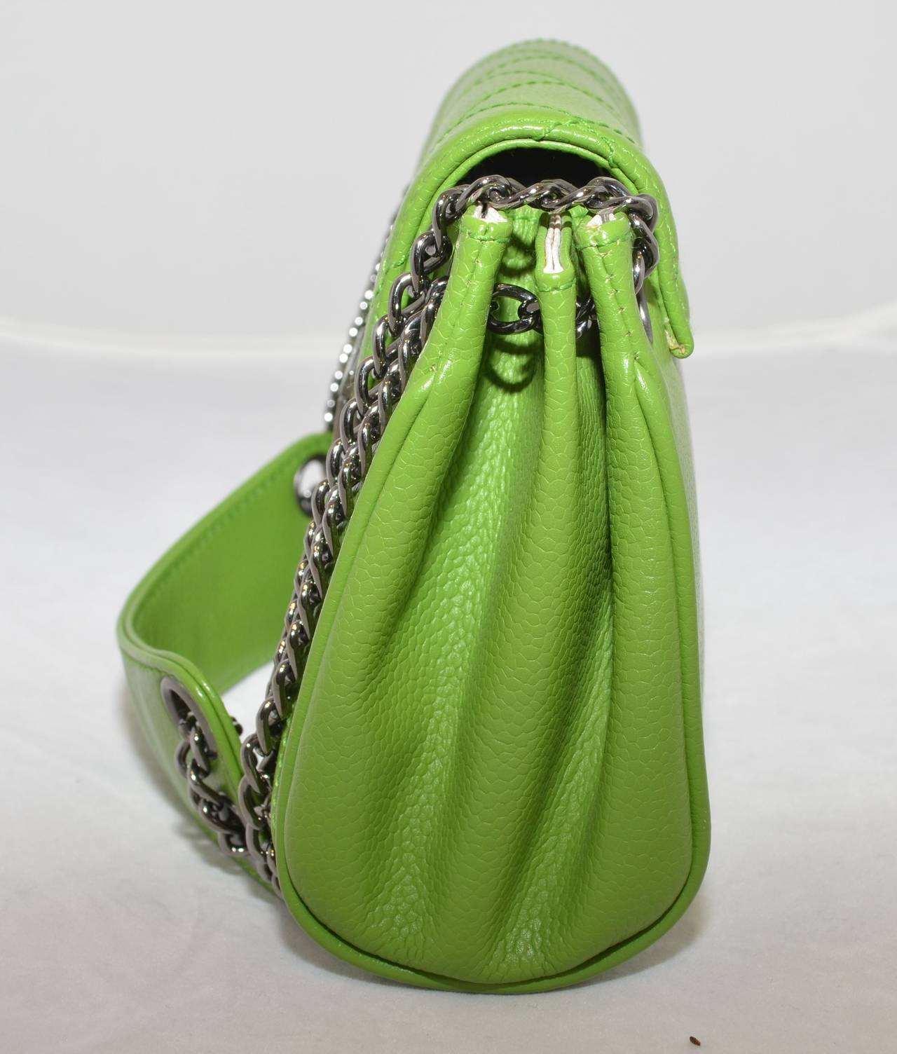 Chanel 2003-2004 Green Caviar Mini Quilted Chain Shoulder Bag In Excellent Condition For Sale In Carmel by the Sea, CA