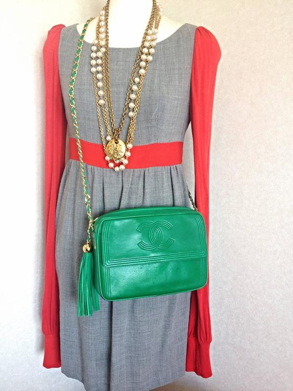 1990s vintage CHANEL green lamb leather camera bag style chain shoulder bag. For Sale 5
