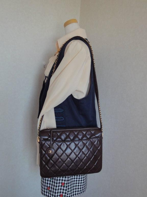 80's vintage Chanel dark brown lambskin shoulder bag with CC motif and chains 10