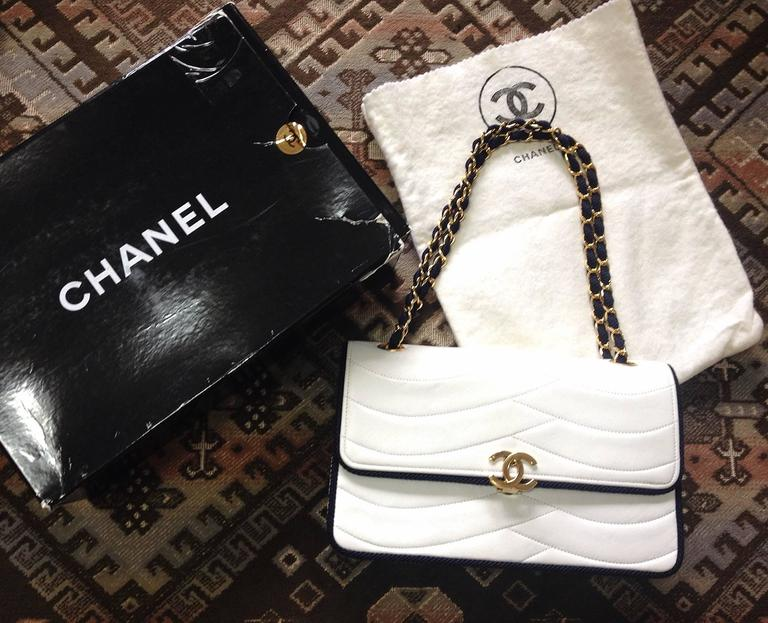 MINT. 80's rare vintage Chanel white 2.55 flap bag with navy rope and gold chain For Sale 5