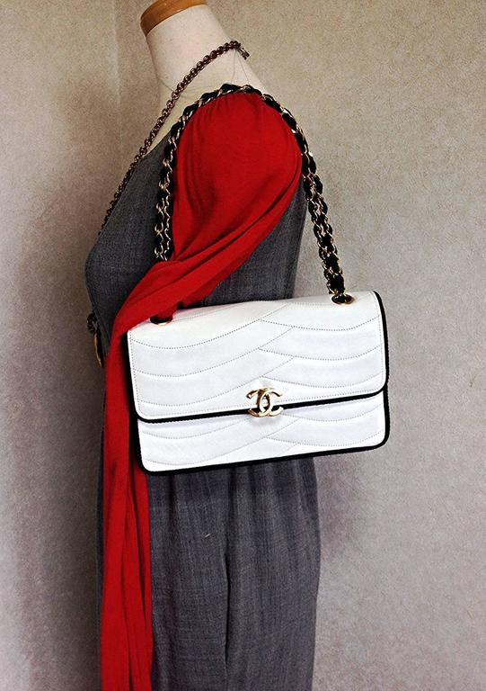 MINT. 80's rare vintage Chanel white 2.55 flap bag with navy rope and gold chain For Sale 4