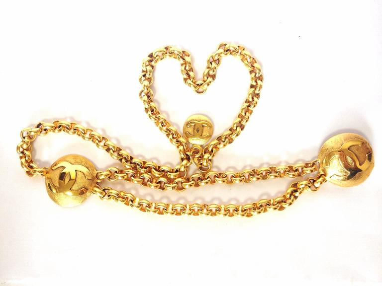 Vintage CHANEL golden double chain belt with two large CC round motif charms. For Sale 3