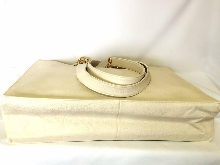 Vintage CHANEL ivory white caviar large tote bag, shopper bag with chains. In Excellent Condition For Sale In Kashiwa, JP