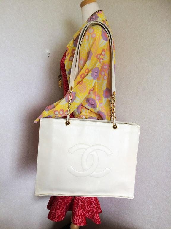 Vintage CHANEL ivory white caviar large tote bag, shopper bag with chains. For Sale 5
