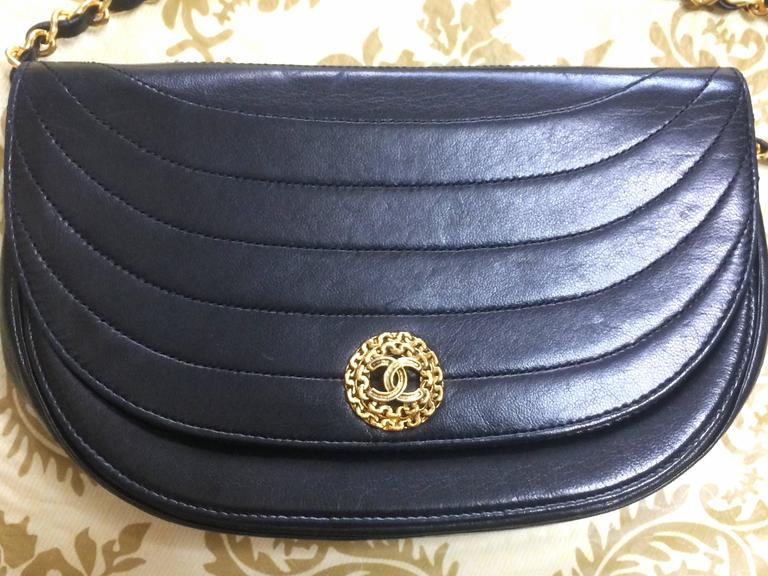 Vintage Chanel black lambskin half moon 2.55 chain shoulder bag with golden CC. In Good Condition For Sale In Kashiwa, JP