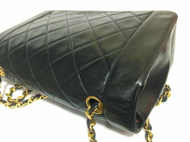 MINT. Vintage CHANEL black lambskin classic flap 2.55 gold chain shoulder bag. In Excellent Condition For Sale In Kashiwa, Chiba
