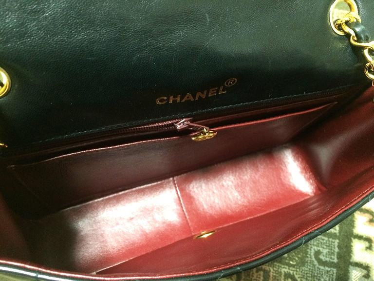 MINT. Vintage CHANEL black lambskin classic flap 2.55 gold chain shoulder bag. For Sale 5