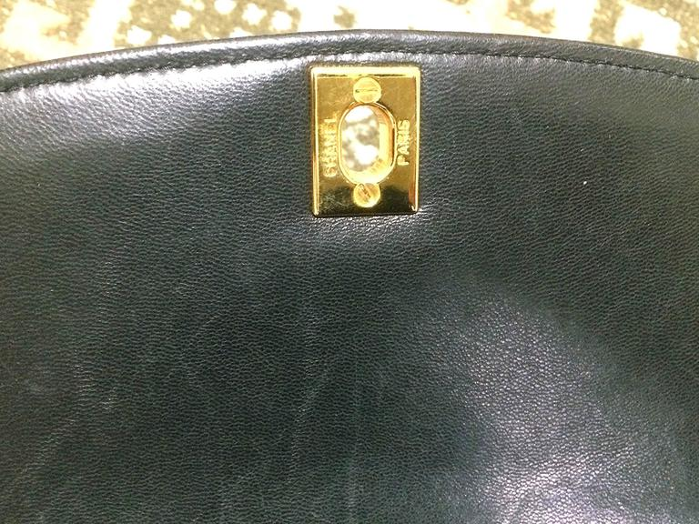 MINT. Vintage CHANEL black lambskin classic flap 2.55 gold chain shoulder bag. For Sale 3