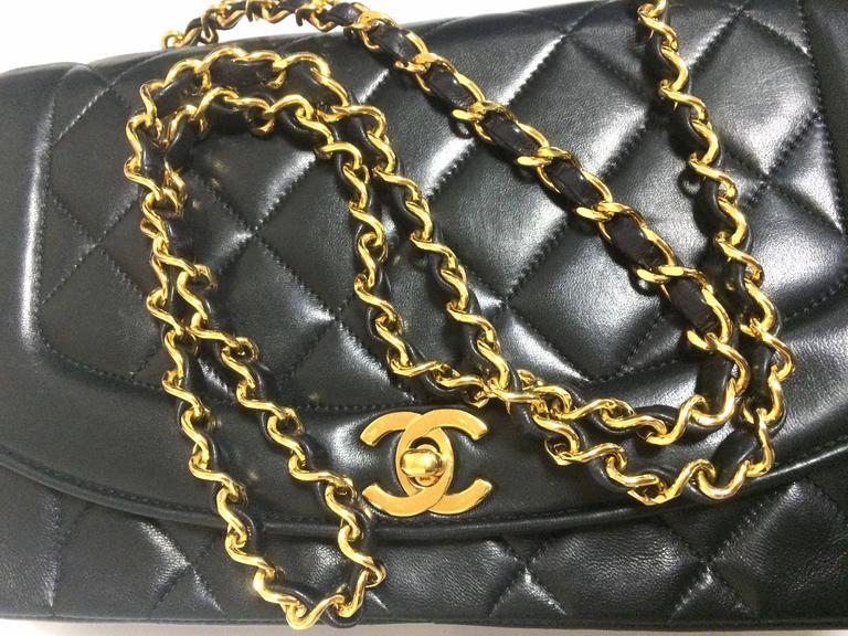 MINT. Vintage CHANEL black lambskin classic flap 2.55 gold chain shoulder bag. For Sale 2