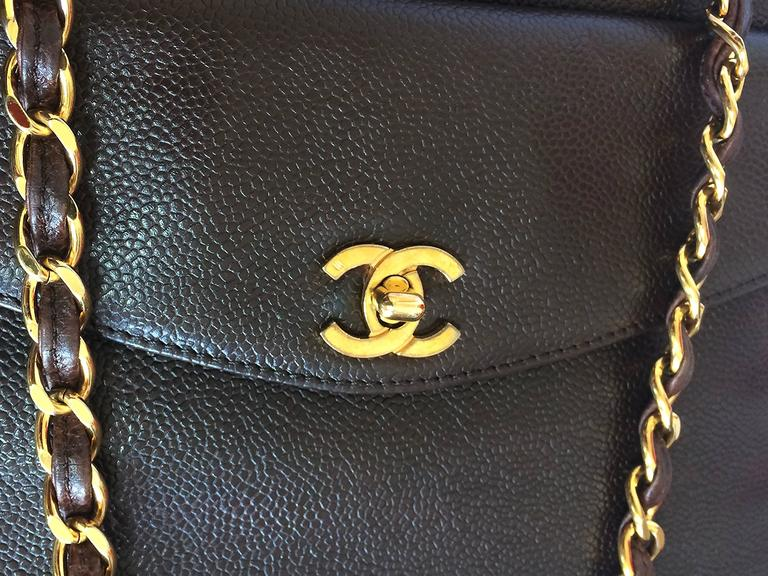 Vintage CHANEL dark brown caviar leather chain shoulder tote bag with golden CC. In Good Condition For Sale In Kashiwa, Chiba