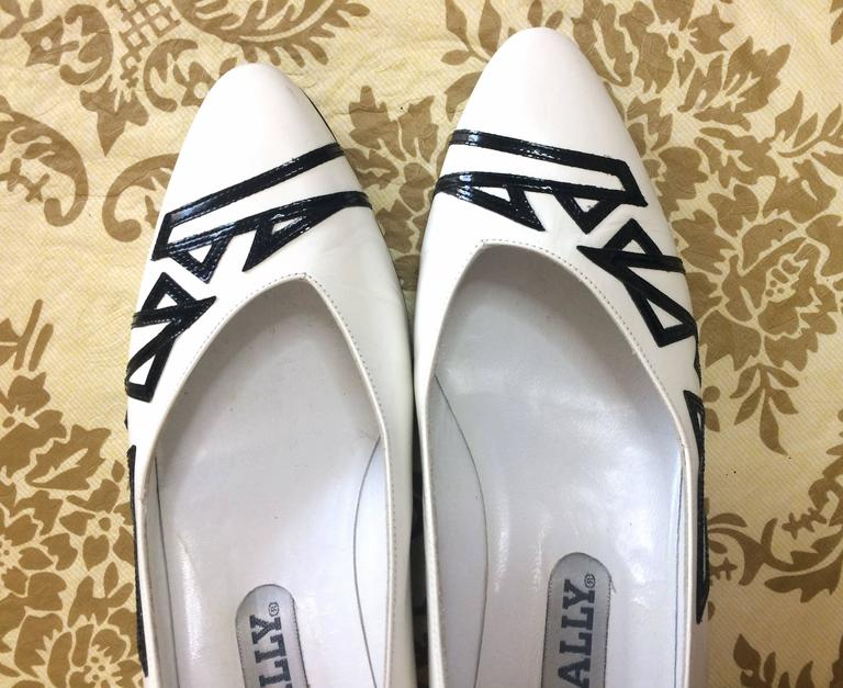 Vintage BALLY white and black leather flat shoes, pumps with geometric design. 3
