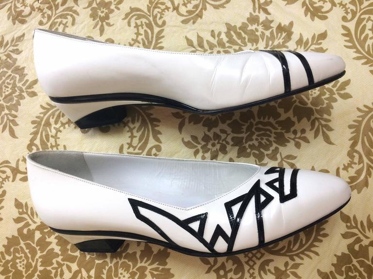 Vintage BALLY white and black leather flat shoes, pumps with geometric design. In Good Condition For Sale In Kashiwa, JP
