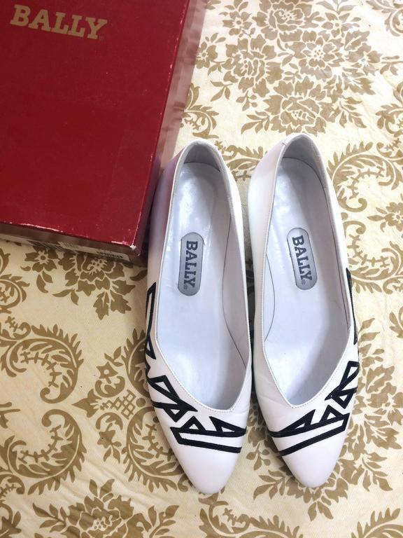 Vintage BALLY white and black leather flat shoes, pumps with geometric design. 2