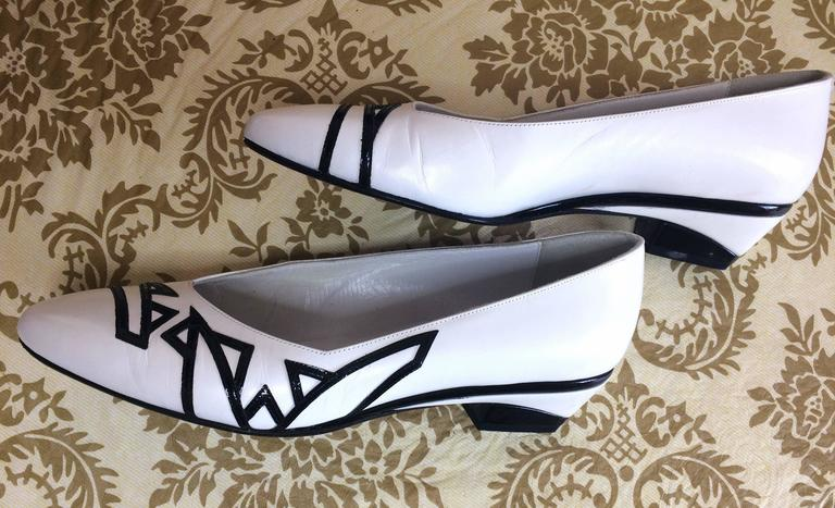 Women's Vintage BALLY white and black leather flat shoes, pumps with geometric design. For Sale