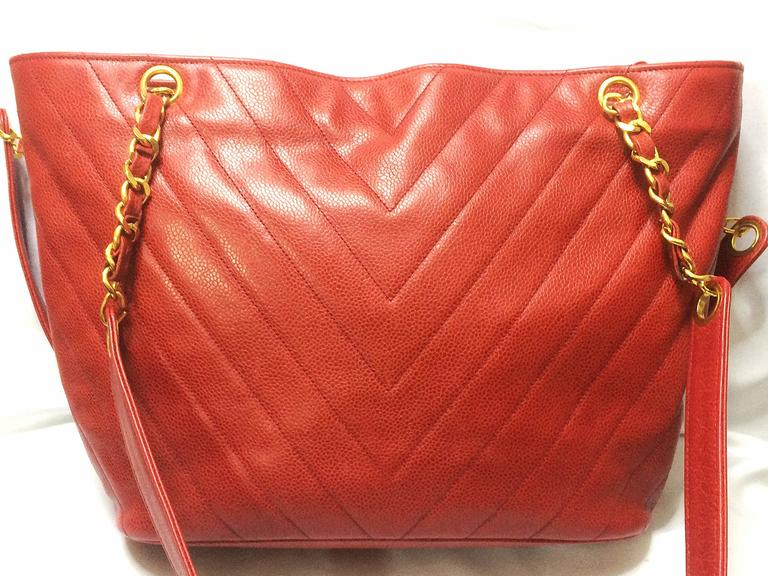 Vintage CHANEL red caviar v stitch, chevron style chain shoulder tote bag. In Good Condition For Sale In Kashiwa, Chiba