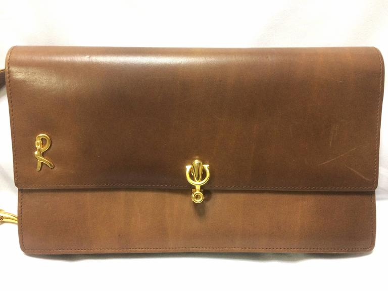 1970's vintage Roberta di Camerino brown leather chain shoulder bag with golden R logo motif. Classic purse.  Introducing another classic purse from Roberta di Camerino back in the 70's.  Brown leather bag with chain and leather combo